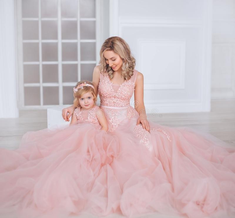la-mamma-e-figlia-lussuoso-rosa-ubriacone-si-veste-vestiti-della-famiglia-identici-i-precedenti-sono-bei-109835740.jpg