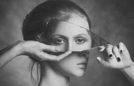 donna-con-specchio-rotto.jpg