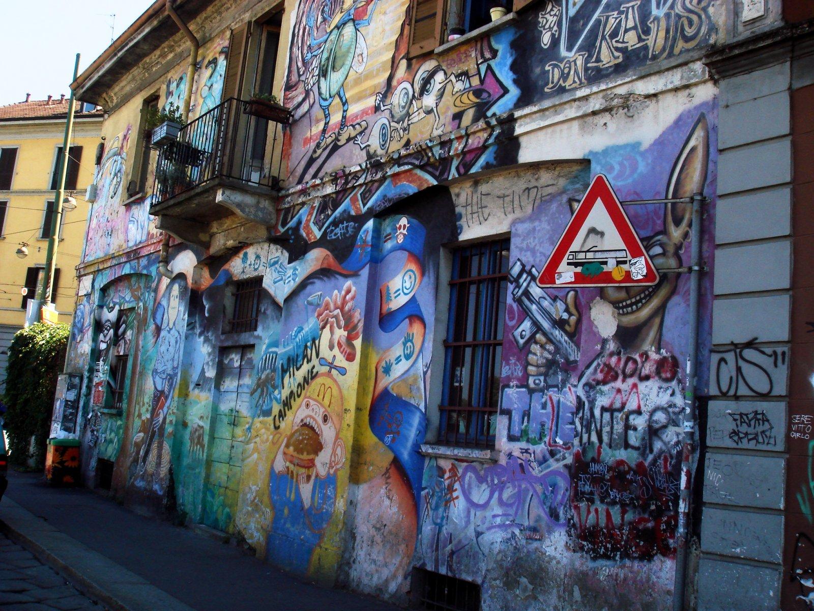 4057_-_Milano_-_Graffiti_su_casa_occupata_alla_Darsena_-_Foto_Giovanni_Dall'Orto,_7-July-2007.jpg