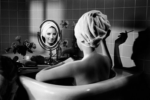 foto-donna-allo-specchio-Barbra-Streisand.jpg