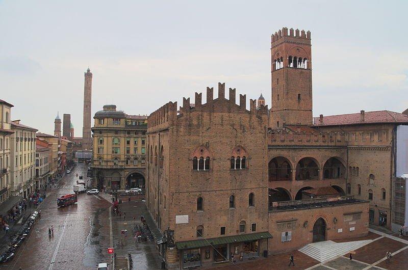 Bologna.Palazzo_Re_Enzo,_Via_Rizzoli_et_Torre_degli_Asinelli.jpg
