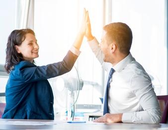 due-imprenditrice-e-uomo-d-39-affari-dando-ciao-cinque-in-ufficio_23-2147899899.jpg