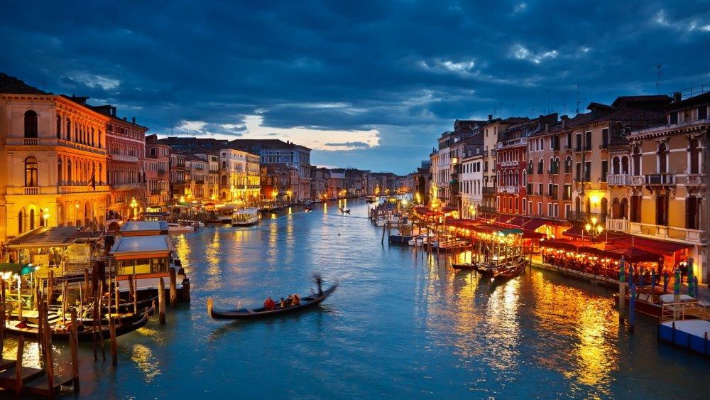 Wallpapersxl-Venecia-Sfondi-Venezia-Fiume-Gondola-Notte-Della-Citt-Gamma-Hd-517251-1366x768.jpg