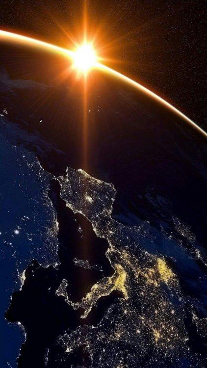 Stazione spaziale internazionale, Samantha Cristofoletti fotografa il sole che sorge in Europa.jpg