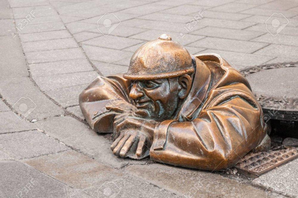 69853845-bratislava-slovacchia-16-dicembre-2016-scultura-in-bronzo-cumil-l-osservatore-o-uomo-in-attività-ne.jpg