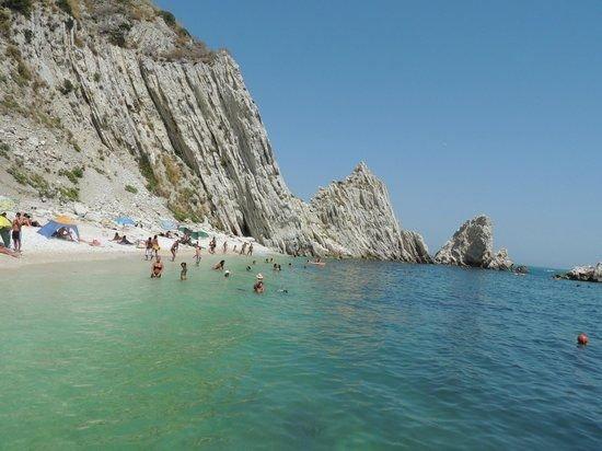 spiaggia delle due sorelle Sirolo.jpg