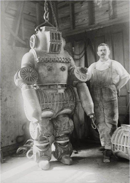 scafandro di Chester E. MacDuffee 1910.jpg